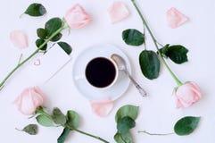 Dia de são valentim do St - a xícara de café, as rosas do pêssego, o cartão vazio do amor e o coração deram forma a doces, fundo  Imagens de Stock