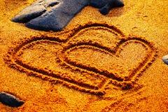 Dia de são valentim feliz - os corações tiram na praia Fotografia de Stock Royalty Free