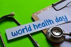 Dia de saúde de mundo no conceito dos cuidados médicos com fundo verde fotografia de stock