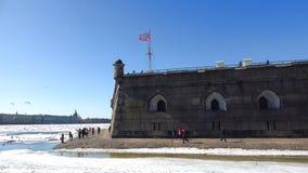 Dia de Sunny April no bastião de Naryshkin Fortaleza de Peter e de Paul, St Petersburg filme
