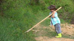 Dia de terra Vida de Eco Retrato completo do corpo do rapaz pequeno que planta em uma exploração agrícola Crian?a do conceito da  video estoque