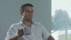 Dia de trabalho de terminação do homem de negócio Retrato do close up do café bebendo masculino video estoque