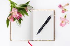 Dia de Valentim, composição do dia de mães Diário do amor e flores frescas da mola Fotografia de Stock