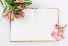 Dia de Valentim, composição do dia de mães Diário do amor e flores frescas da mola Imagem de Stock