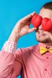 Dia de Valentim. Homem de sorriso que guarda dois corações imagem de stock royalty free