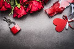Dia de Valentim ou datar o cartão festivo com rosas vermelhas, coração e o fechamento vermelho com chaves no fundo cinzento Foto de Stock Royalty Free