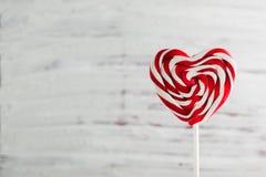 Dia de Valentim, pirulito em uma vara sob a forma do coração, espaço para o texto imagens de stock