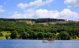 Dia de verão britânico do céu azul de Inglaterra do distrito do lago da cidade de Coniston do barco de prazer foto de stock