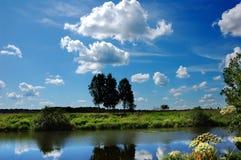 Dia de verão, dia claro de A no verão, no lago Fotos de Stock Royalty Free