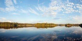 Dia de verão ensolarado em um lago da floresta Fotos de Stock Royalty Free