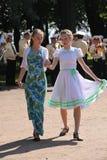Dia de verão ensolarado no parque da cidade anfitriões públicos das meninas que dançam com os povos dos turistas sob a música de  Foto de Stock Royalty Free