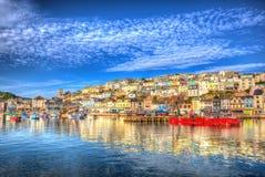 Dia de verão inglês BRITÂNICO do porto de Brixham Devon England com o céu azul brilhante foto de stock royalty free