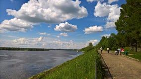 Dia de verão morno, terraplenagem do Rio Volga, nuvens bonitas A imagem foi tomada em junho de 2017, a cidade de Uglich, Yaroslav foto de stock royalty free
