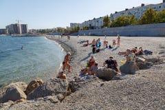 Dia de verão na cidade da praia de Novorossiysk Imagens de Stock Royalty Free