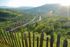 Dia de verão na vila da Transilvânia Imagem de Stock