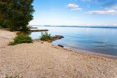 Dia de verão por um lago Imagens de Stock Royalty Free