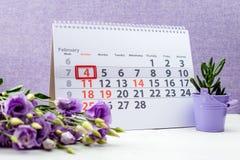 Dia do câncer do mundo 4 de fevereiro marca no calendário na parte traseira do roxo Imagens de Stock Royalty Free