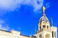 Dia do céu de Notre Dame de Fourviere na claro, Lyon, França Foto de Stock