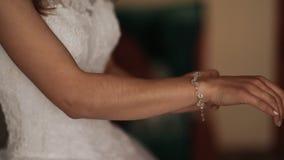 Dia do casamento Bracelete luxuoso em uma mão da noiva antes do casamento Acessórios do casamento filme