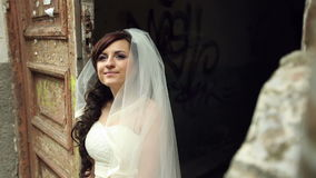 Dia do casamento a noiva está perto da casa velha video estoque
