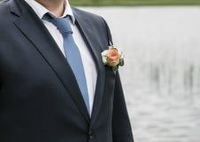 Dia do casamento Noivo na natureza summertime fotografia de stock royalty free