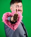 Dia do coração do mundo homem de negócios no laço Homem farpado no terno formal Amor Dia do casamento esthete à moda com decorati fotos de stock royalty free