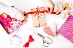 Dia do ` de empacotamento s do dia, da mãe do ` s do Valentim ou presente de aniversário val Imagens de Stock