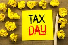 Dia do imposto Conceito do negócio para o reembolso da tributação de renda escrito no papel de nota pegajoso no fundo do vintage  fotografia de stock royalty free