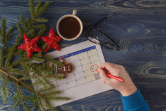 Dia 25 do mês, calendário no fundo do local de trabalho com manhã c Foto de Stock