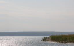 Dia do outono no lago imagem de stock