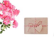 Dia do `s da matriz Dia do `s das mulheres Dia do ` s do Valentim, fundo do aniversário Rosas frescas e envelope Configuração do  fotos de stock