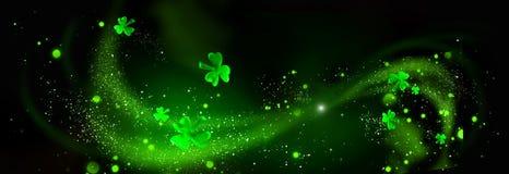 Dia do ` s de St Patrick Folhas verdes do trevo sobre o fundo preto imagem de stock