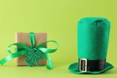 Dia do ` s de StPatrick celebration chapéu e caixa de presente verdes do duende em um fundo verde-claro foto de stock