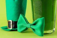 Dia do ` s de StPatrick celebration chapéu verde da cerveja, do laço e do duende em um fundo verde-claro Close-up foto de stock