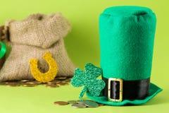 Dia do ` s de StPatrick celebration Esboço da folha do chapéu e do trevo do duende em um fundo verde-claro fotografia de stock royalty free