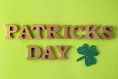Dia do ` s de StPatrick celebration trevo e texto verdes da folha em um fundo verde-claro Vista superior fotografia de stock