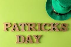 Dia do ` s de StPatrick celebration Um chapéu verde do duende e o texto do 17 de março em um fundo verde-claro Vista superior imagens de stock