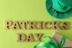 Dia do ` s de StPatrick celebration Um chapéu verde do duende e o texto do 17 de março em um fundo verde-claro Vista superior foto de stock royalty free