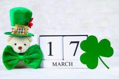 Dia do ` s de StPatrick Um calendário de madeira que mostra o 17 de março Chapéu e curva verdes Fotografia de Stock Royalty Free