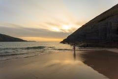 Dia do ` s do fim do verão na praia de Mwnt foto de stock