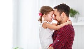Dia do `s do pai Filha feliz da família que abraça o paizinho e os risos Imagens de Stock Royalty Free
