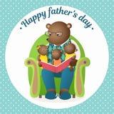 Dia do `s do pai O urso do paizinho está lendo um livro aos filhotes Cartão da família Fotografia de Stock