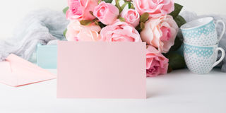 Dia do ` s do Valentim do cartão do rosa do papel vazio e convite das rosas Foto de Stock