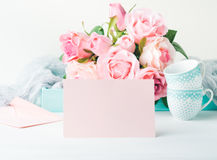 Dia do ` s do Valentim do cartão do rosa do papel vazio e convite das rosas Fotografia de Stock