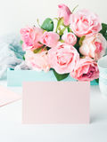 Dia do ` s do Valentim do cartão do rosa do papel vazio e convite das rosas Imagens de Stock Royalty Free