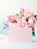 Dia do ` s do Valentim do cartão do rosa do papel vazio e convite das rosas Fotografia de Stock Royalty Free