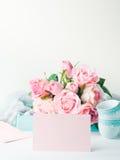 Dia do ` s do Valentim do cartão do rosa do papel vazio e convite das rosas Imagem de Stock Royalty Free