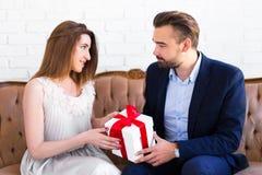 Dia do ` s do Valentim ou conceito do Natal - homem considerável que dá o presente Fotografia de Stock Royalty Free