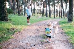 Dia do `s do pai Pai feliz da família e filho da criança que joga e que ri na natureza fotos de stock
