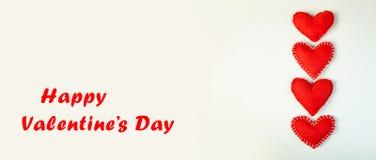 dia do ` s do Valentim do conceito Corações macios pequenos das almofadas no fundo claro bandeira Foto de Stock